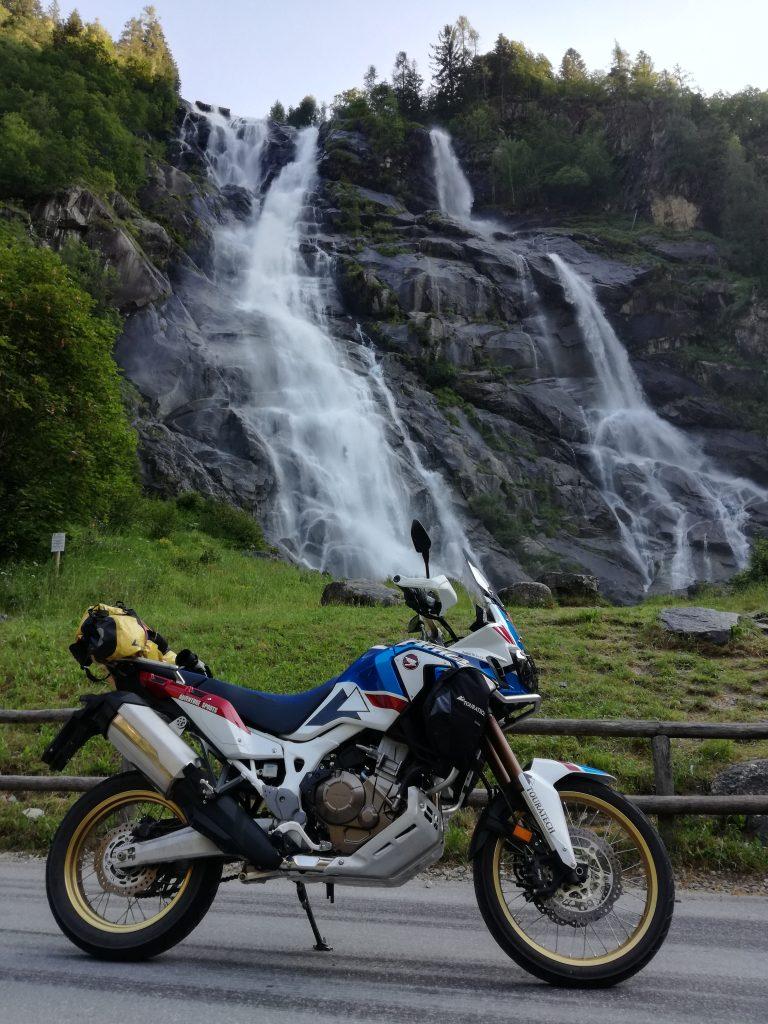 """la """"regina"""" davanti alla cascata del Nardis in Val di Genova"""